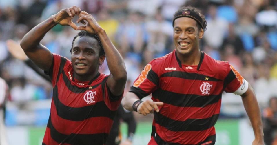 Willians comemora com Ronaldinho Gaúcho seu gol no clássico contra o Fluminense (10/07/2011)