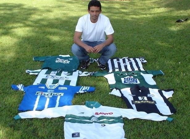 Wilson Goiano posa com as camisas dos sete clubes que jogou