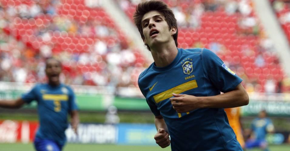 Lucas Piazon comemora após fazer gol da seleção brasileira contra a Costa do Marfim no Mundial sub-17 (26/06/2011)