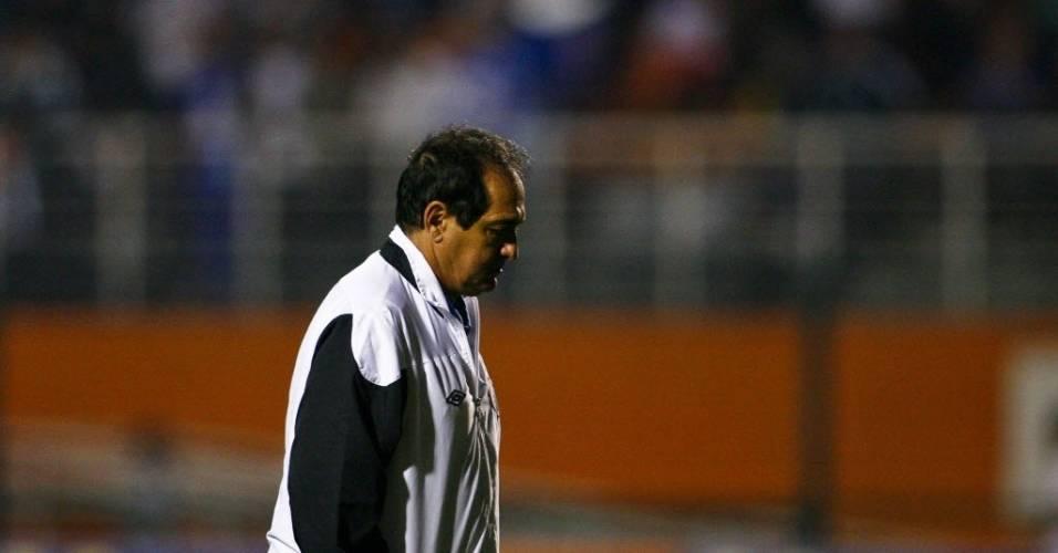Muricy Ramalho sai de campo de cabeça baixa após derrota do Santos para o Palmeiras no Pacaembu pelo Campeonato Brasileiro (11/07/11)