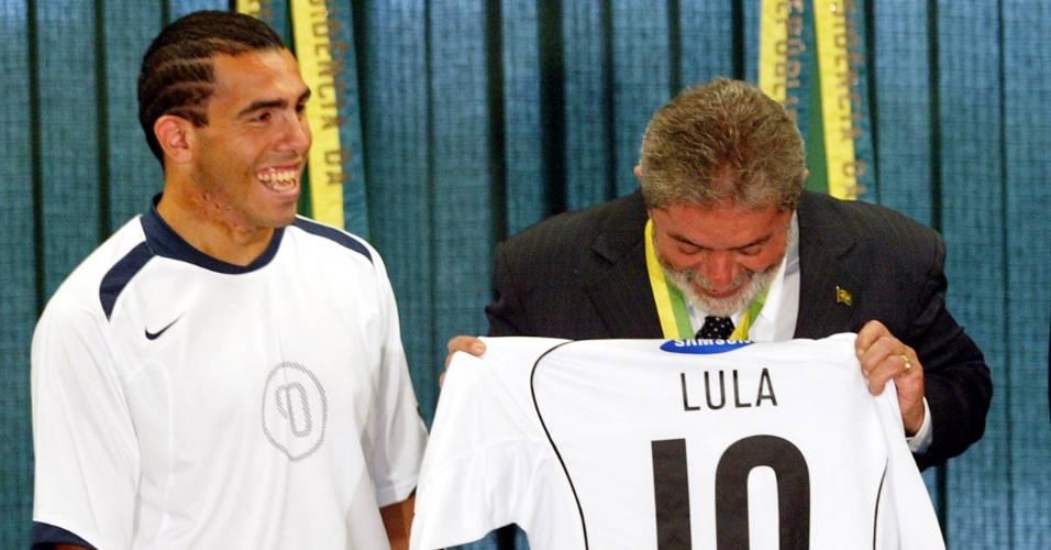 Atacante argentino entrega uma camisa do Corinthians personalizada para o presidente Lula