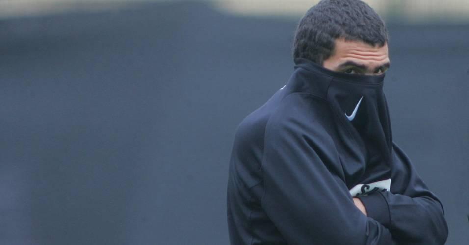 Atacante corintiano se protege do frio durante treino
