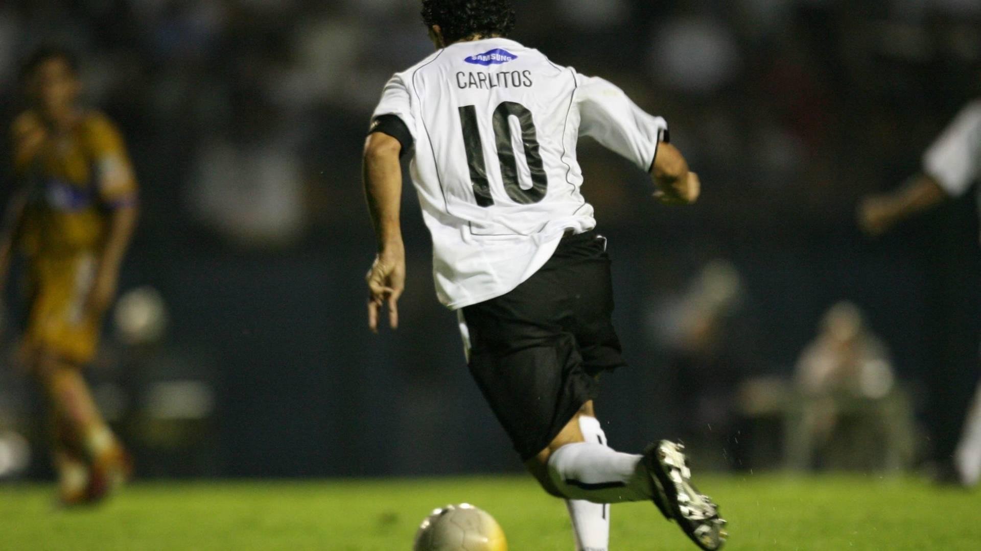 Carlito Tevez dribla antes de chutar para marcar o unico gol do jogo Corinthians x Tigres, na Libertadores