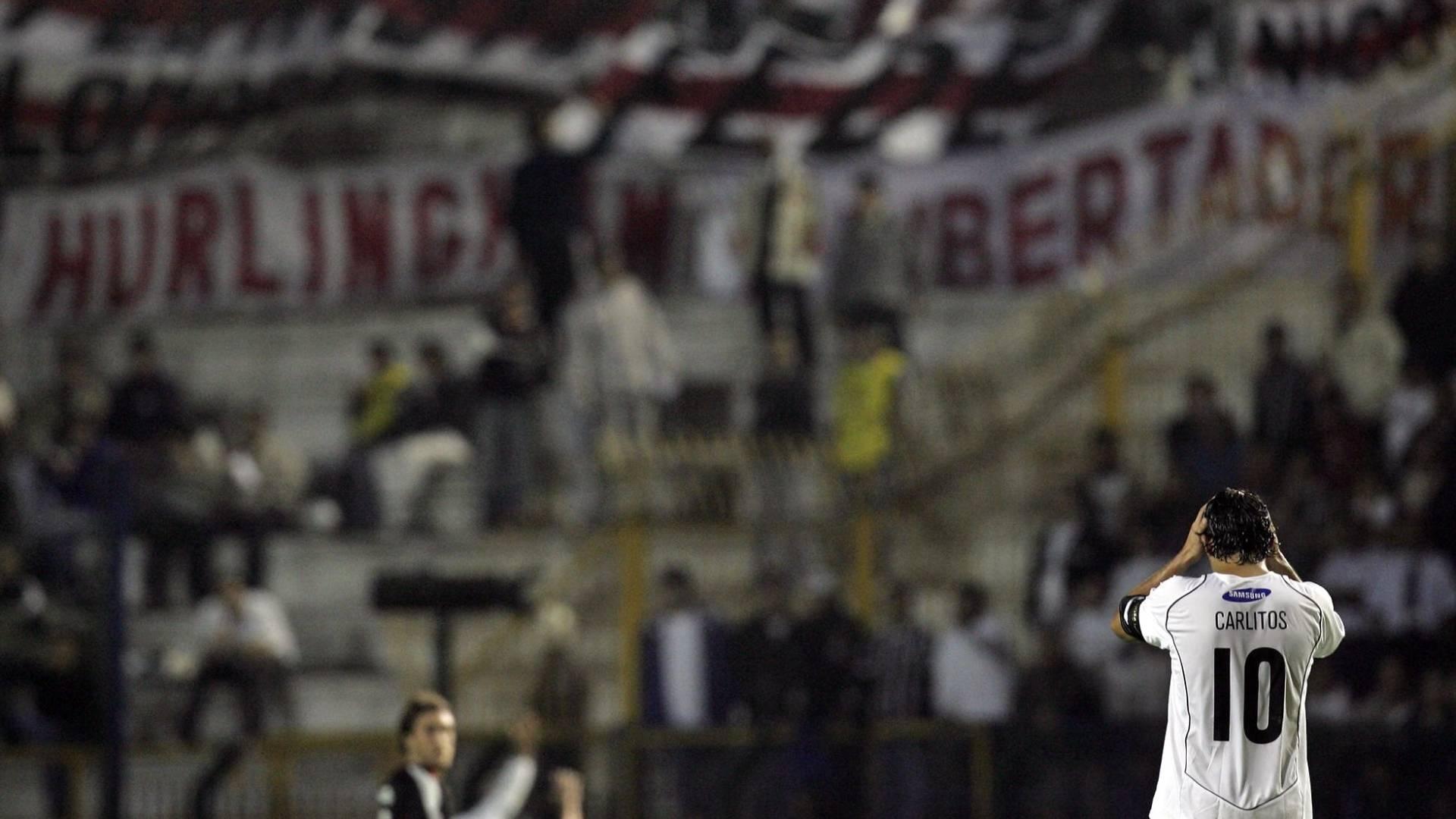 Carlitos lamenta derrota contra o River Plate em jogo que eliminou o Corinthians da Libertadores de 2006