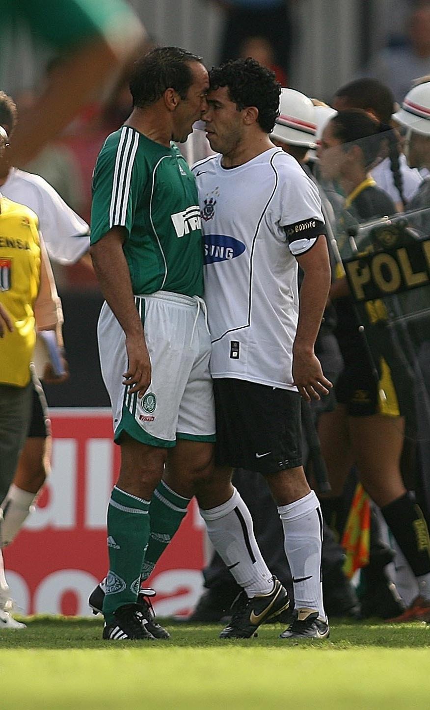Edmundo e Tevez se estranham durante clássico entre Palmeiras e Corinthians