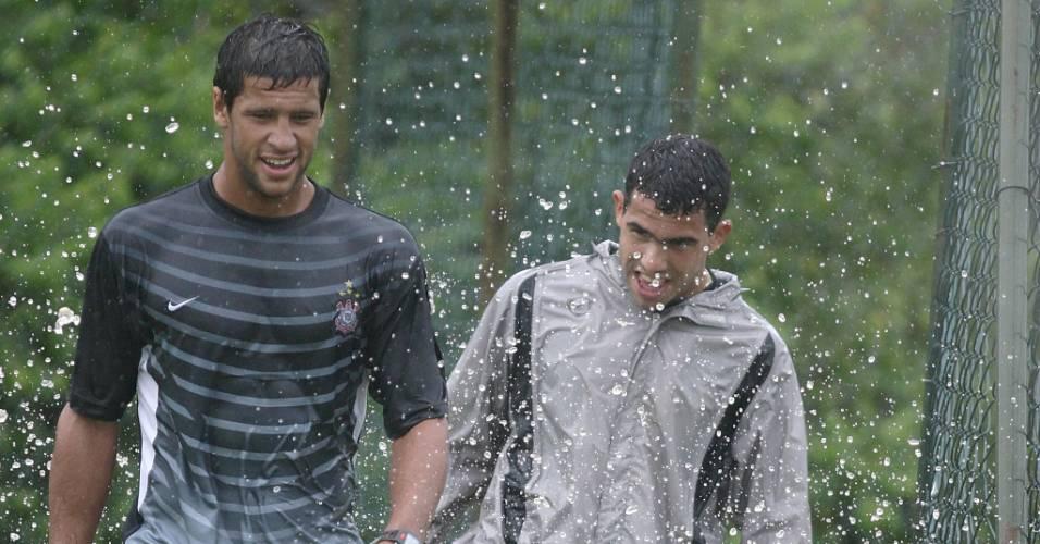 Tevez brincando com o zagueiro Sebastian Dominguez após o treino do Corinthians