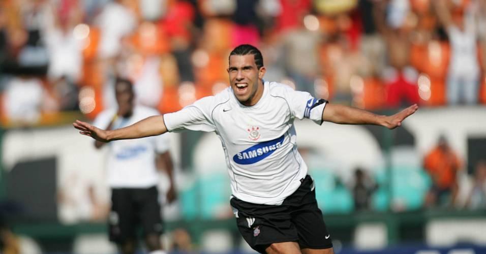 Tevez comemora um de seus três gols na histórica goleada por 7 a 1 contra o Santos