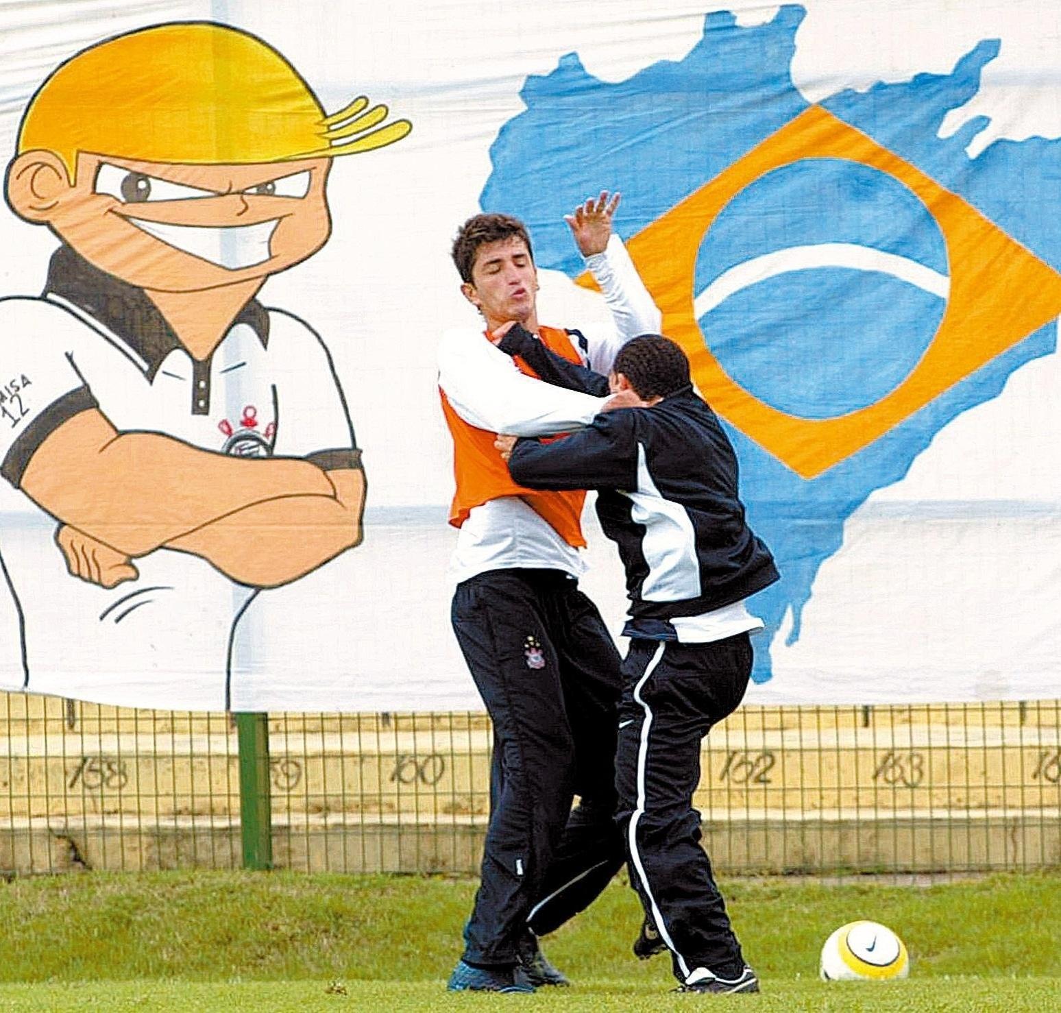 Tevez e Marquinhos brigam durante treino do Corinthians
