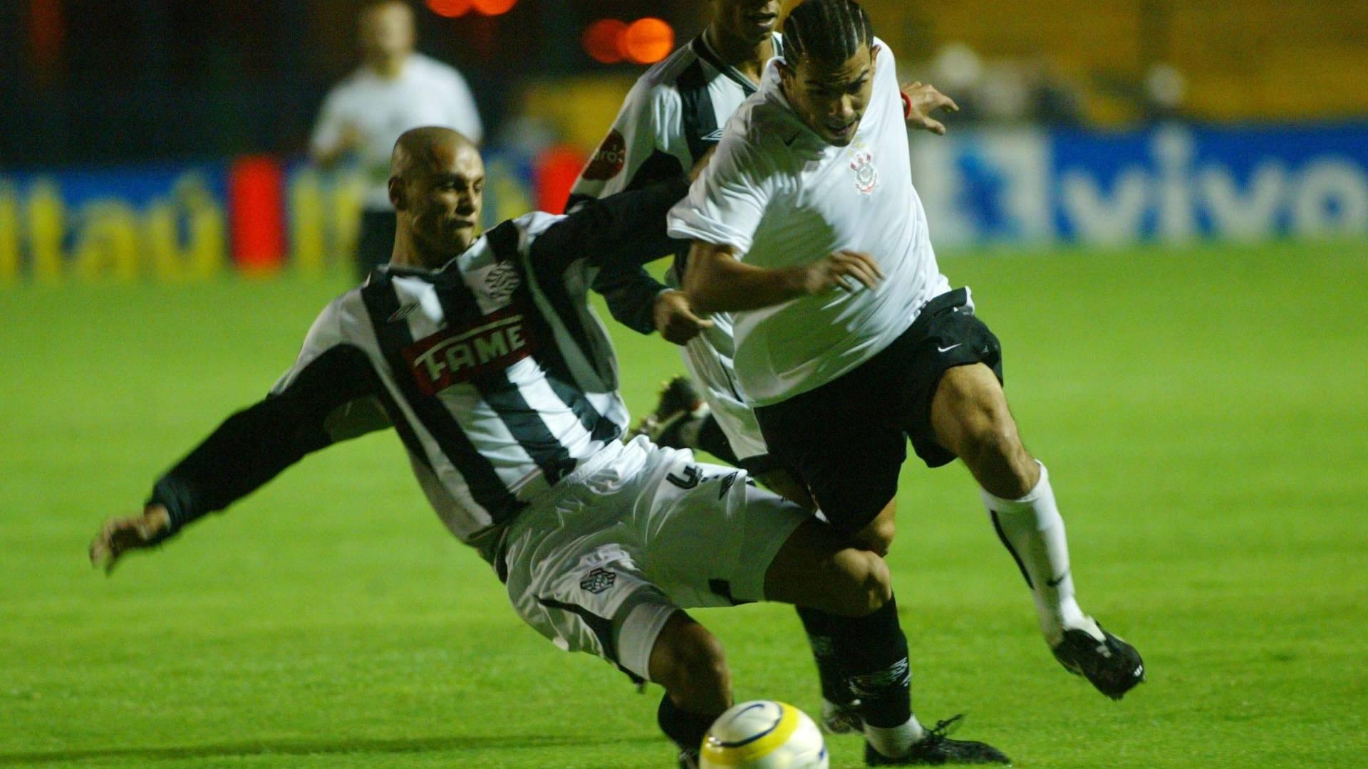 Tevez em ação pelo Corinthians contra o Figueirense, em maio de 2005, pelo Brasileirão