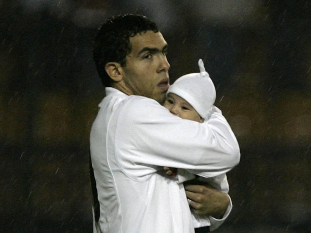 Tevez entra em campo com sua filha Florenzia antes de jogo no Pacaembu