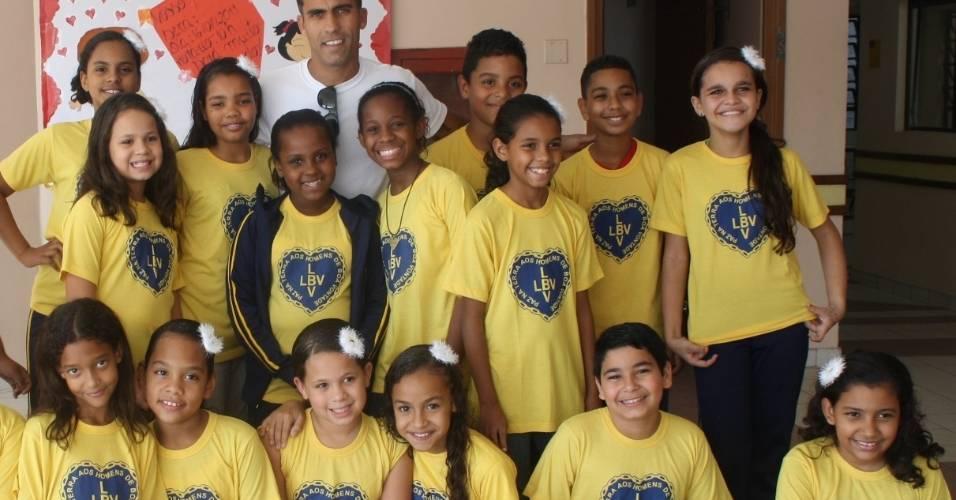 O meia Felipe, do Vasco, com as crianças da LBV (13/07/2011)