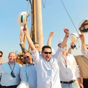 Engenheiros festejam instalação da primeira estaca do Itaquerão