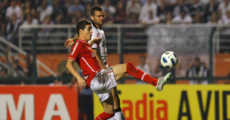 Meia Oscar tenta dominar a bola pelo Inter contra o Corinthians