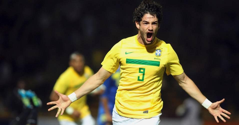 Pato comemora gol na vitória contra o Equador em sua melhor partida na Copa América