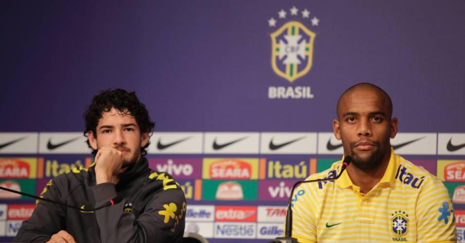 Pato e Maicon durante coletiva de imprensa da seleção (15/07/2011)