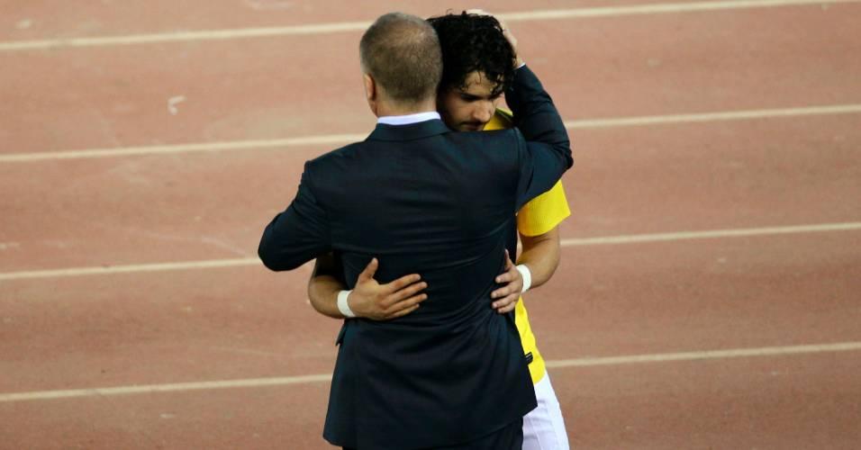 Pato recebe abraço de Mano Menezes ao ser substituído contra o Equador