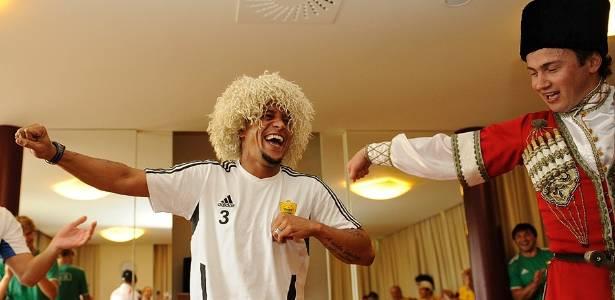 Roberto Carlos se diverte em aula de dança típica da Rússia