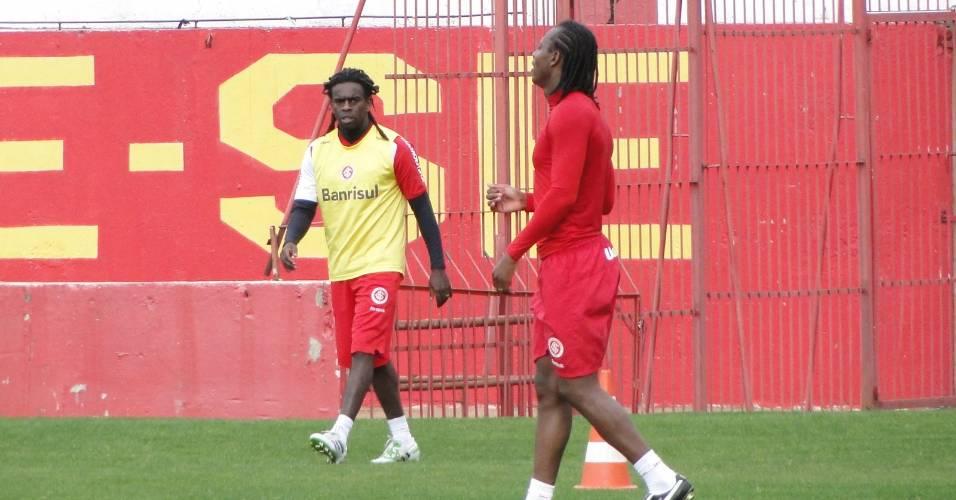 Volante Tinga (e) e meia Andrezinho, do Inter, realizam trabalho físico no estádio Beira-Rio (16/07/2011)