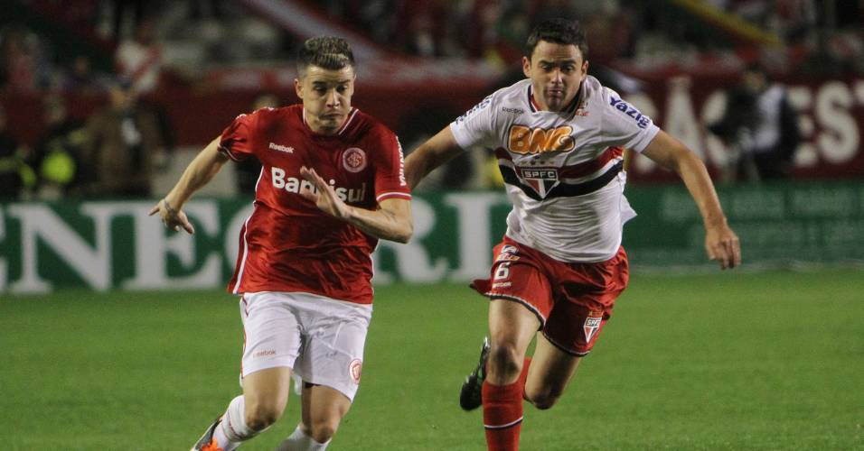 D'Alessandro disputa bola com Juan, no jogo contra o São Paulo (17/07/11)