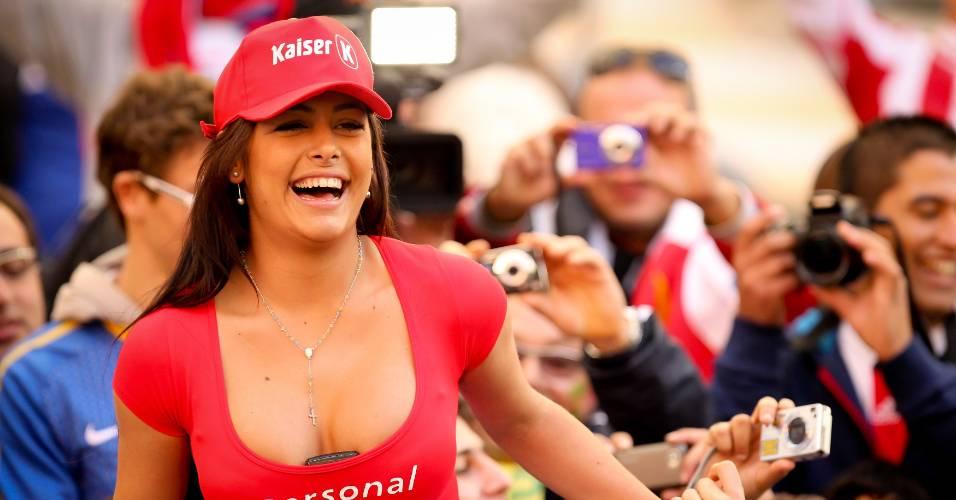 Larissa Riquelme faz festa na arquibancada de Brasil e Paraguai nas quartas da Copa América