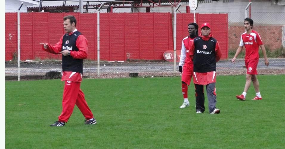 Auxiliar Andre Doring, Tinga e o interino Osmar no treino do Inter (18/07/2011)