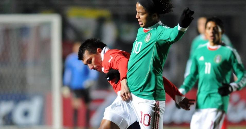 Gary Medel agarra Giovani dos Santos durante o jogo entre Chile e México pela Copa América (julho/2011)
