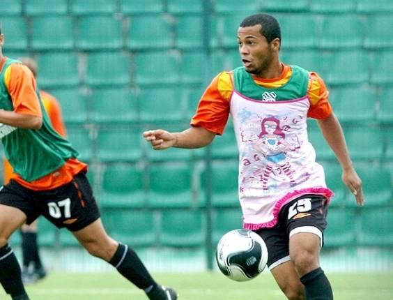 Jairo jogou mal em treino do Figueirense em 2007 e o técnico Roberto Fernandes o fez usar um vestido rosa como punição