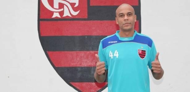 O zagueiro Alex Silva é confirmado como jogador do Flamengo (19/07/2011)