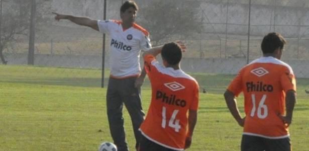 Renato Gaúcho orienta jogadores do Atlético-PR no CT do Caju