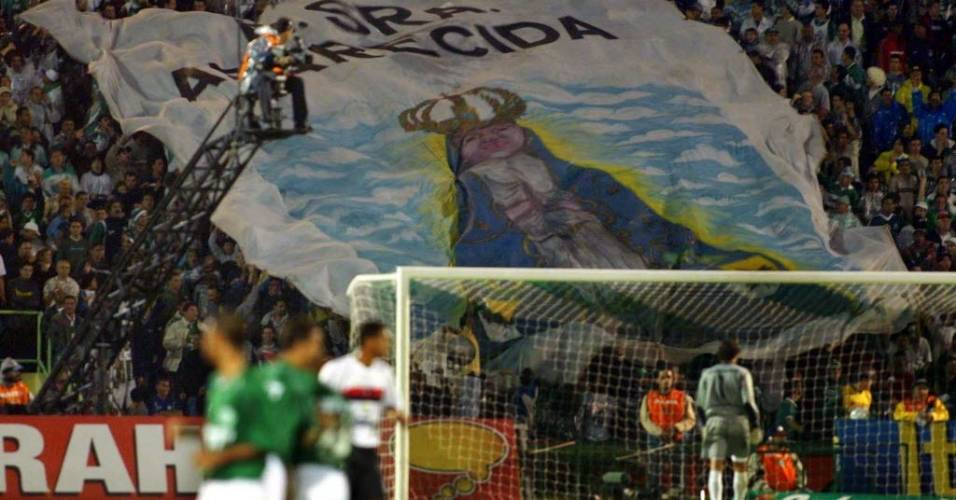 Em 2002, Palmeiras brigava contra o rebaixamento; durante jogo contra o Flamengo, torcida faz homenagem a Nossa Senhora Aparecida