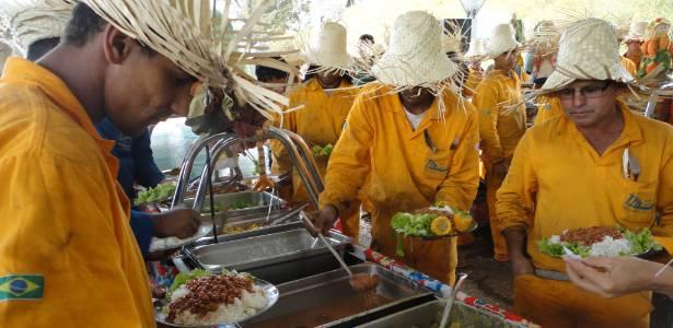 Operários durante almoço promovido no Mineirão, que passa por reforma para a Copa
