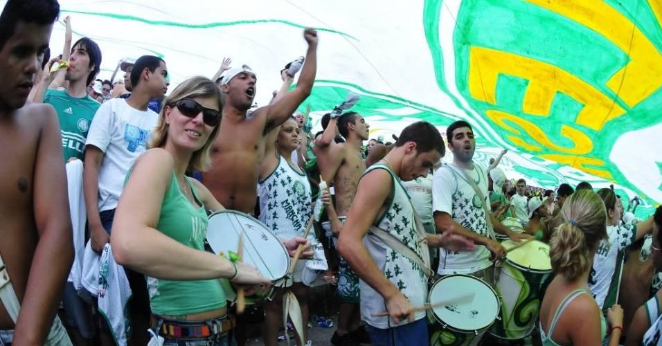 Palmeirenses batucam sob bandeirão durante jogo contra o Guarani pelo Paulistão de 2009