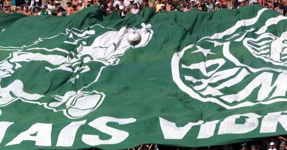 Palmeirenses esticam bandeirão em jogo contra a Lusa pelo Rio-São Paulo de 2002 em São José do Rio Preto