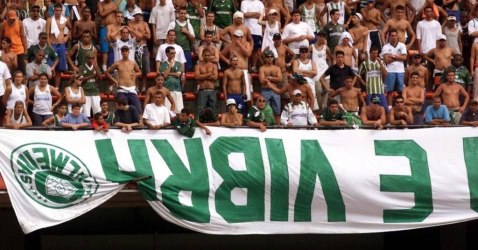 Palmeirenses protestam com bandeira invertida durante jogo contra o Corinthians no Paulistão de 2001
