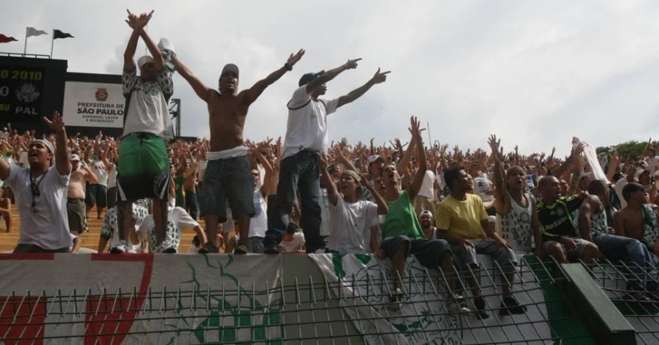 Palmeirenses saúdam o time no Pacaembu durante o jogo contra o Corinthians no Paulistão de 2010