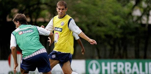 Ricardinho observa a bola durante treino do Bahia (20/07/2011)