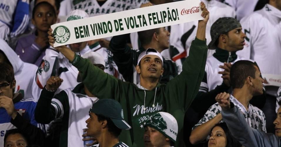 Torcedor palmeirense segura faixa de boas vindas a Luiz Felipe Scolari no Pacaembu em julho de 2010