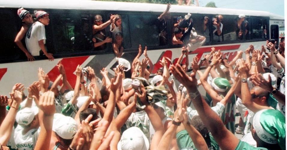 Torcedores de Palmeiras e Vasco confraternizam na estrada, a caminho do Rio de Janeiro para o jogo final do Brasileirão de 1997