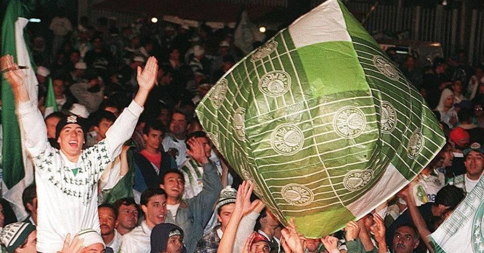 Torcedores do Palmeiras com balão verde e branco comemoram o título de campeão estadual de 1996 na avenida Paulista