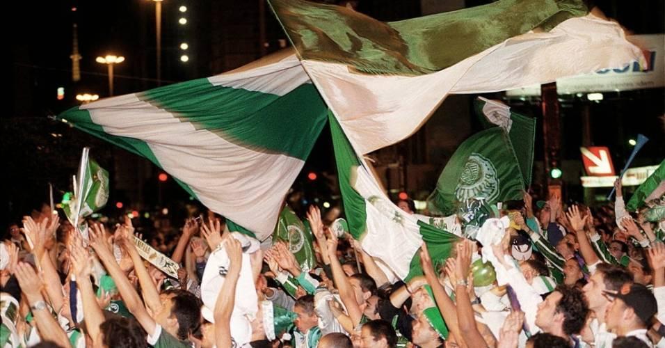 Torcedores do Palmeiras comemoram a conquista do título da Copa do Brasil de 1998 na Avenida Paulista