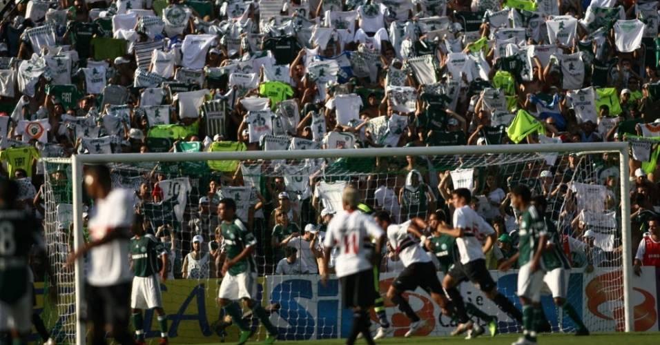 Torcedores do Palmeiras se agitam durante a vitória sobre o São Paulo no Parque Antarctica pelo Paulistão de 2010
