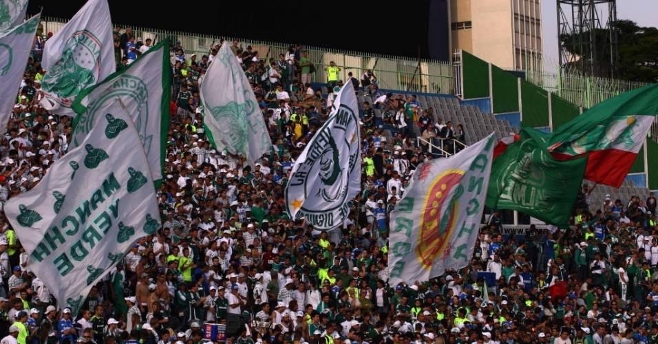 Torcida do Palmeiras balança bandeirões durante apresentação do atacante Kleber em 2010