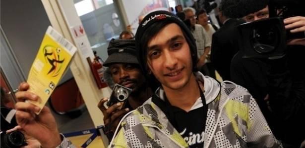 Jovem comemora compra de ingresso da Copa do Mundo de 2010, na África do Sul