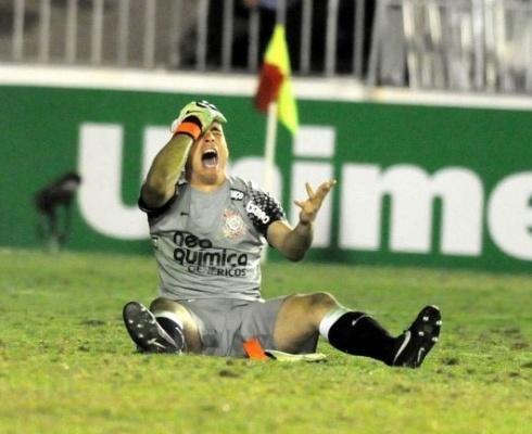 Julio Cesar sofre luxação exposta no dedo, mas segue em campo pelo Corinthians