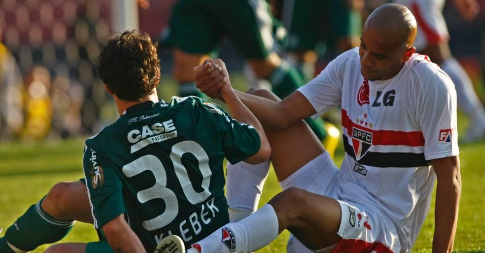 Kleber, do Palmeiras, e Alex Silva, do São Paulo, levantam juntos em lance de jogo (13/07/2008)