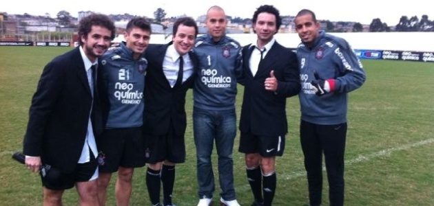 Felipe Andreoli, Rafael Cortez e Marco Luque, do CQC, posam para foto com Alex, Julio Cesar e Danilo posam para foto no CT do Corinthians