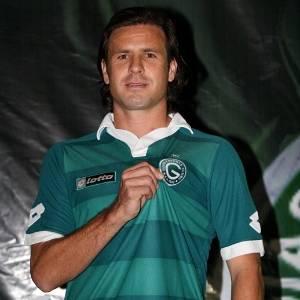 Marcão ataca de modelo com a nova camisa do Goiás para a temporada 2011 (22/07/2011)