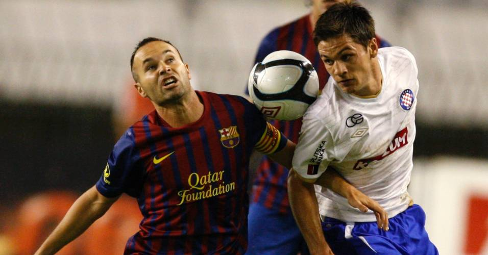 Iniesta disputa a bola com Mirko Oremus no amistoso do Barcelona com o Hajduk Split