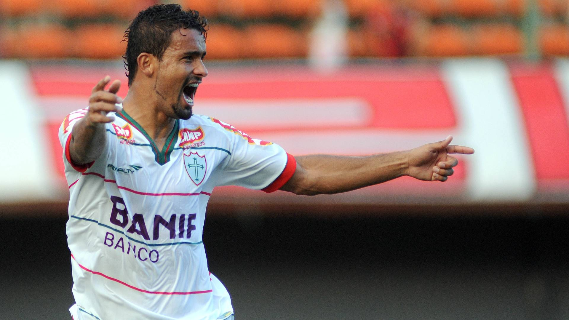 Leandro Silva, da Portuguesa, comemora gol contra o Vitória pela Série B (23/07/2011)