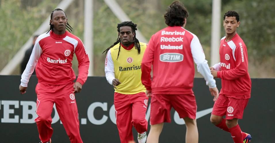 Andrezinho, Tinga e Elton (d) no treino do Inter no CT do Corinthians em São Paulo (24/07/2011)